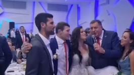 """NOVAK ZAPEVAO """"PUKNI ZORO""""! Pogledajte snimak o kom priča Srbija, Đoković oduševio goste"""