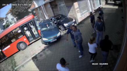 JEZIVI SNIMAK NESREĆE U ZEMUNU: Autobus nekontrolisano naleteo u park, deca povređena-vozač pobegao
