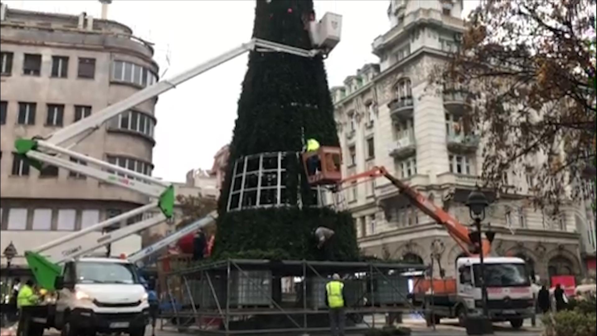 U centru Beograda počelo kićenje jelke i postavljanje novogodišnjih ukrasa