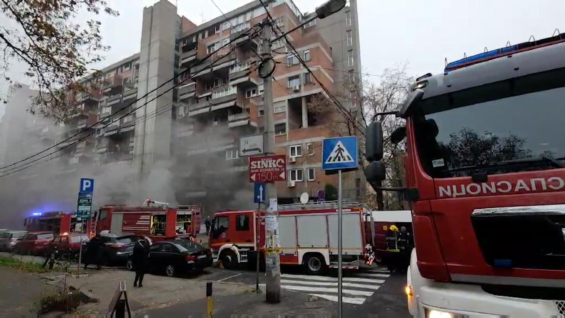 POŽAR U JUŽNOM BULEVARU: Osam vozila vatrogasaca gasi vatrenu stihiju