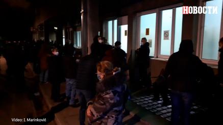 Bolesni ljudi po hladnoći satima čekaju ispred infektivne klinike