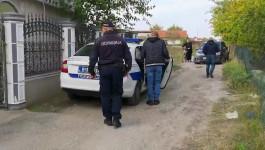 Policija odvodi suprugu osumnjičenog Gorana Džonića na ispitivanje