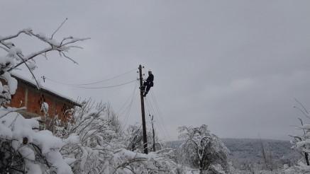TEŠKO BEZ DNEVNIKA I ZAMRZIVAČA: Žitelji sela podno Stare planine već desetak dana bez struje