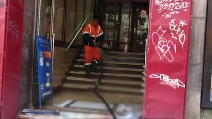 Radnici Gradske čistoće uklanjaju krv sa mesta pucnjave u Resavskoj ulici