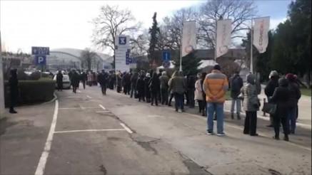U REDU ZA VAKCINACIJU: Veliki broj građana došao je na punkt na Beogradskom sajmu