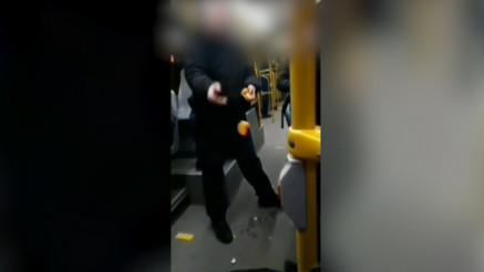 Putnik na liniji 511 baca otpatke po autobusu