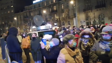 Građani čekaju početak ceremonije otkrivanja spomenika Stefanu Nemanji