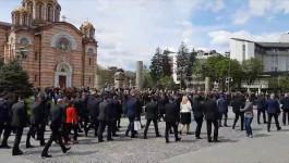Narod čekao izlazak predsednika Vučića ispred Palate. Dočekali ga aplauzom i povicima Srbija, Srbija