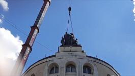 """Skulptura """"Sima Igumanov sa siročićima"""" vraćena na vrh Igumanove palate na Terazijama."""